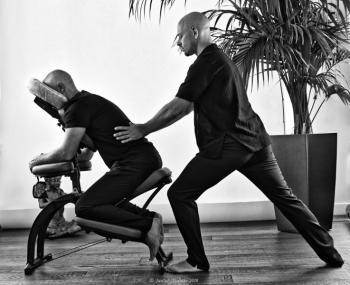Réduction sur le shiastu: C'est un massage qui se pratique assis et habillé